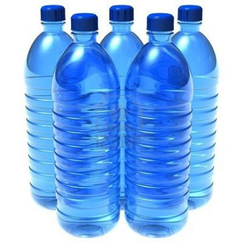 Forse detersivo in una bottiglia d'acqua presa al distributore automatico