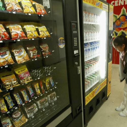 Una preside in difesa dei distributori automatici