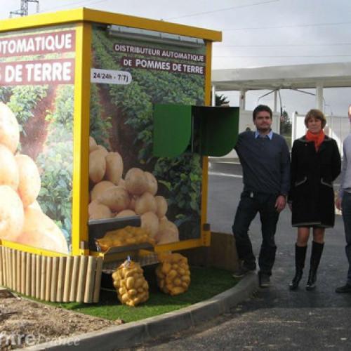 Francia. La vendita automatica di sacchi di patate funziona