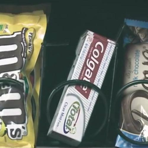 Snack e dentifricio. Colgate si promuove alle vending machine (Video)