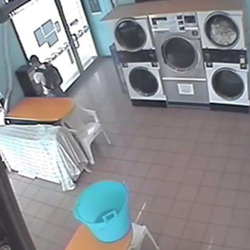 Ladro ripreso mentre svuota cambiamonete. Il video in rete