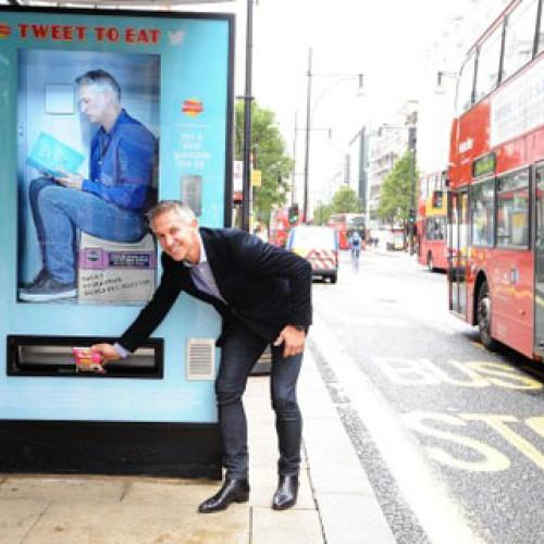 Londra. La fermata dell'autobus è una vending machine