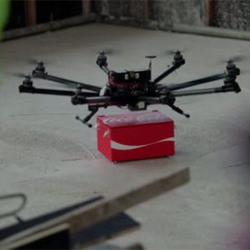 La riconoscenza di Coca-Cola verso i migranti arriva dai droni (Video)