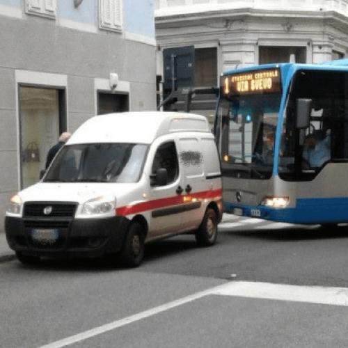 Trieste: blocca il traffico per ricaricare i distributori