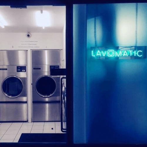 Lavomatic, la lavanderia automatica che nasconde un bar