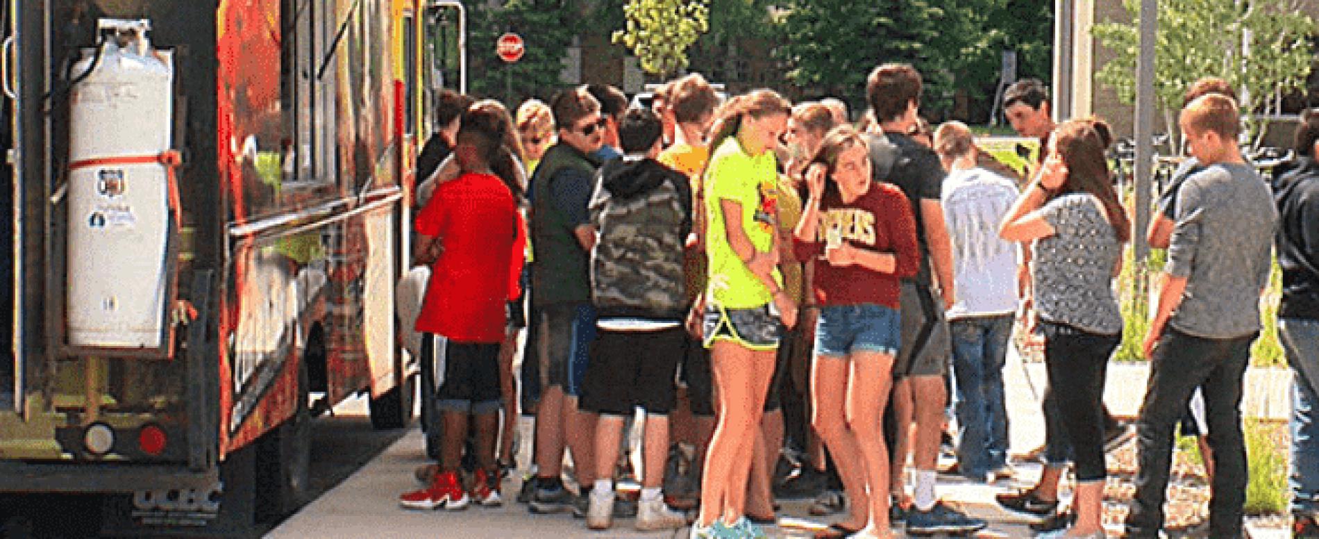 Lo street food all'ingresso delle scuole che fa concorrenza al gestore