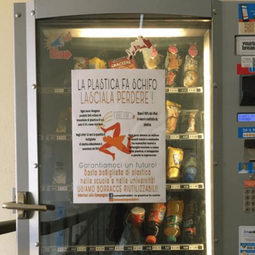 Palermo. Affissioni contro la plastica sui distributori automatici